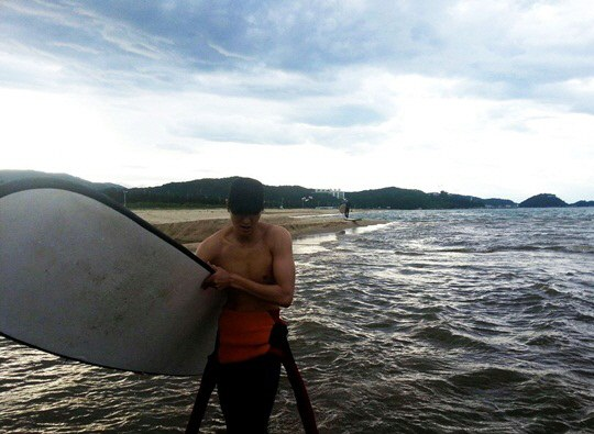 lee minho surfing
